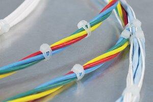 Die gerundete Geometrie der V-Serie verhindert Beschädigungen bei parallel laufenden Kabelsträngen.