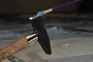 Сильный магнит позволяет поднимать металлические инструменты до 2.5 кг.