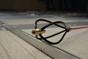 Der Gleitaufsatz erleichtert das Führen von Kabeln und Leitungen über raue und unebene Oberflächen.