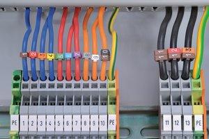 使用涂抹器将标记简单地卡在电缆上。