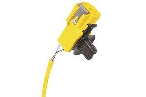 Clip YCCFT62x122, en application avec un connecteur, dont la mise en place se fait par clipsage et à l'aide d'un système de glissière.