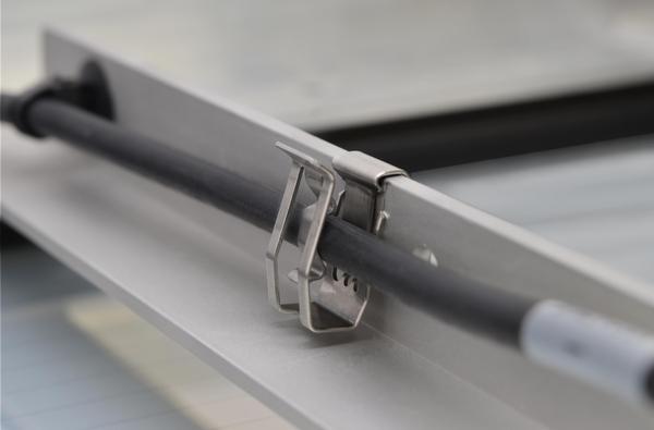 Befestigungselemente für Rohre und Leitungen zur Kantenbefestigung ...